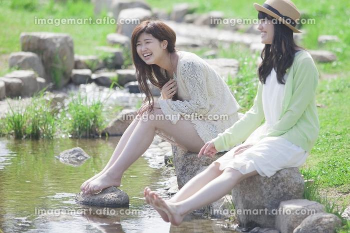 川辺で遊ぶ女の子たち