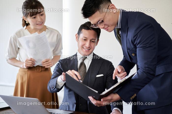 部下の進捗を確認する上司のラテン人ビジネスマンの販売画像
