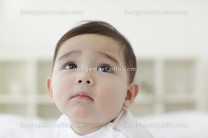 不安そうな赤ちゃんの販売画像