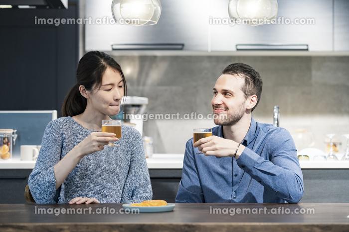 ビールで乾杯する若い男女の販売画像