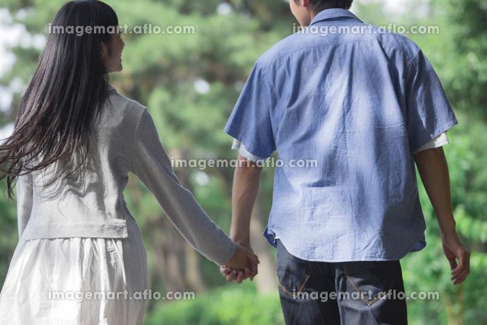 道を歩くカップルの販売画像
