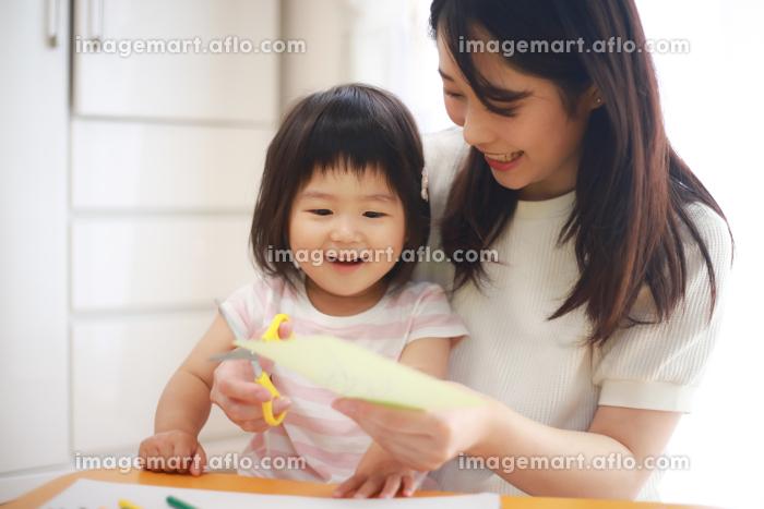 工作する親子の販売画像