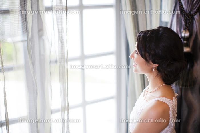 窓から外を見る新婦