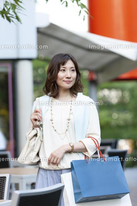 ショッピングバッグを持つ女性の販売画像