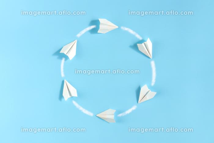 円を描きながら飛んでいる紙飛行機 1の販売画像