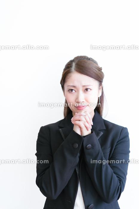 お願いをする若い女性の販売画像