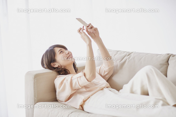 スマートフォンを操作する女性