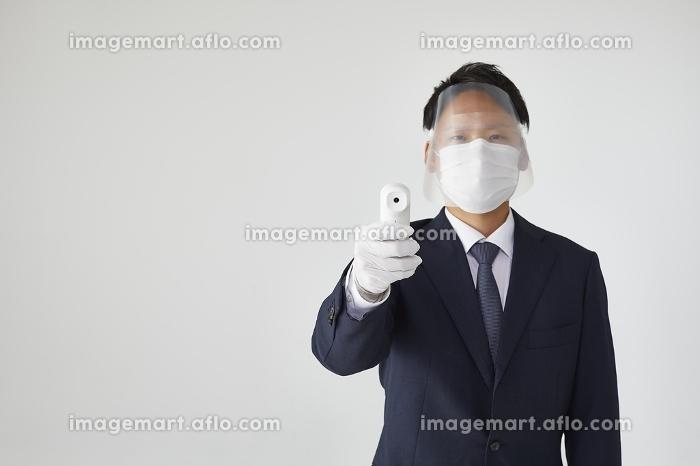 検温する日本人男性の販売画像