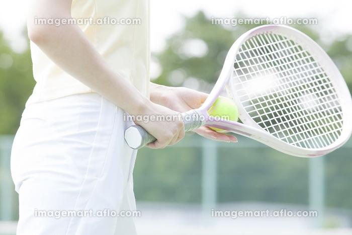 テニスをする女性の手元の販売画像