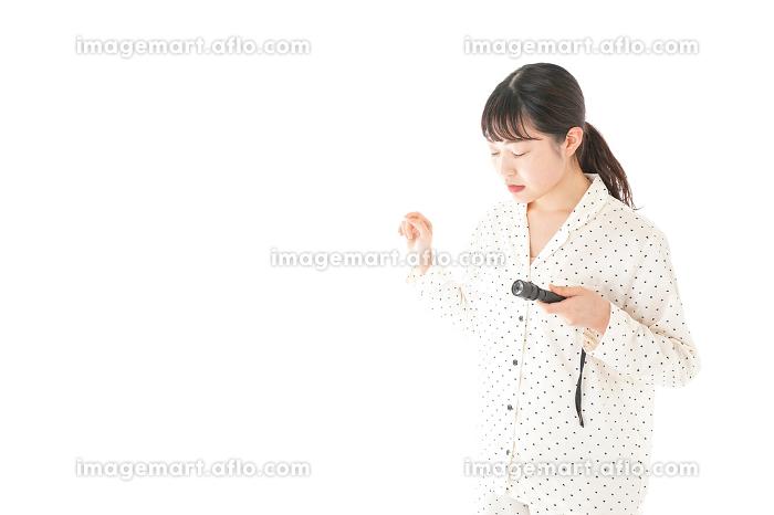 懐中電灯を使う若い女性