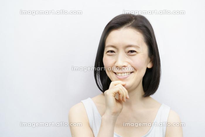 顔を触る日本人女性(40-50代のイメージ)の販売画像