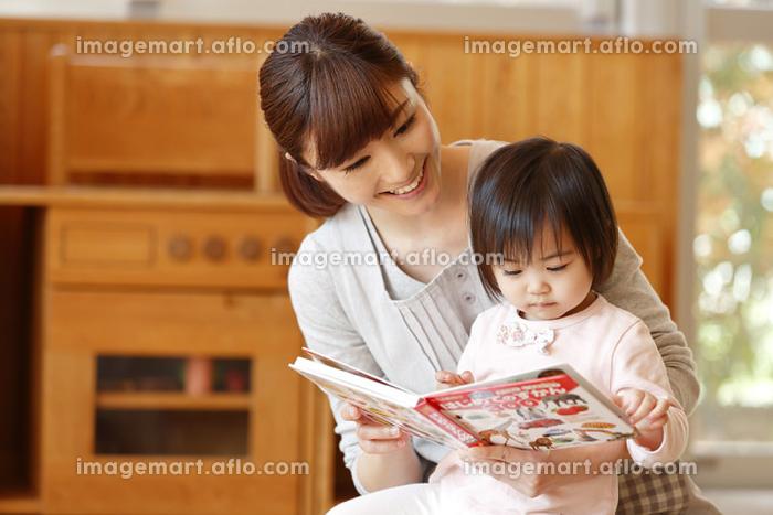 園児に絵本を読み聞かせる保育士の販売画像