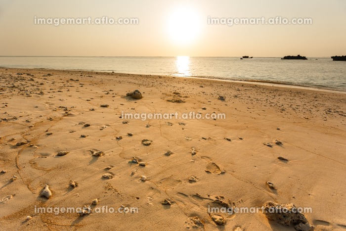 日本の最南端、沖縄県波照間島のニシ浜の販売画像
