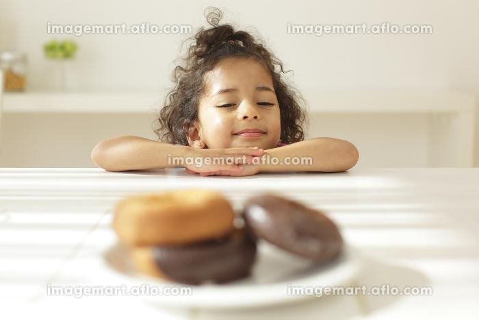ドーナツを見つめる女の子の販売画像