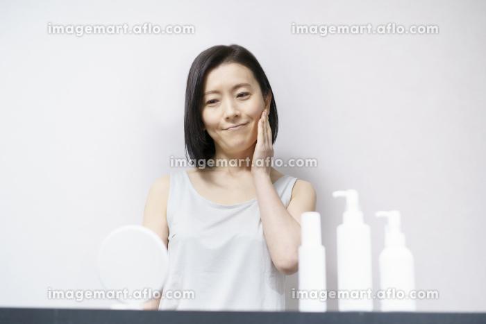 肌を触る女性(40ー50代イメージ)の販売画像