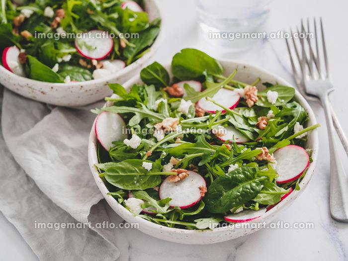 Salad bowl with arugula, spinach, radish, cheeseの販売画像