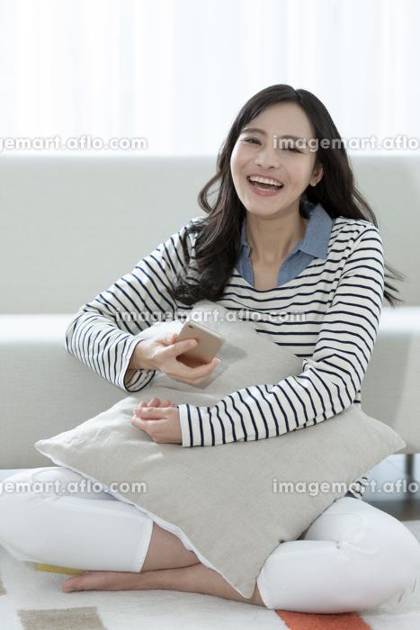スマートフォンを持つ女性の販売画像