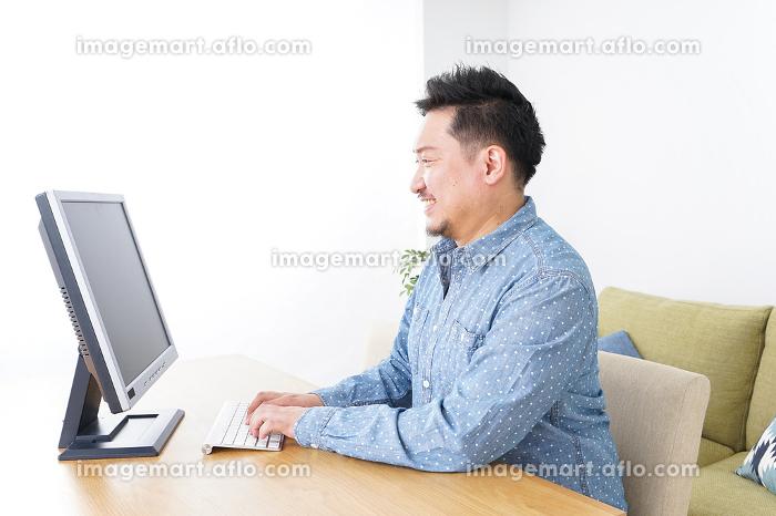 ネットショッピングする男性の販売画像