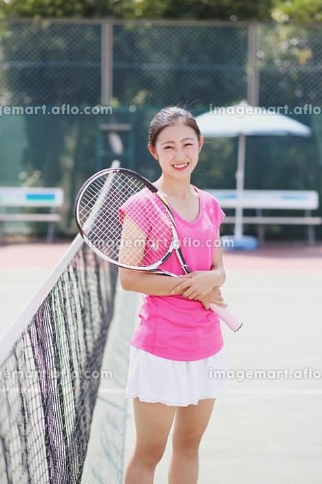 テニスコートの若い女性の販売画像
