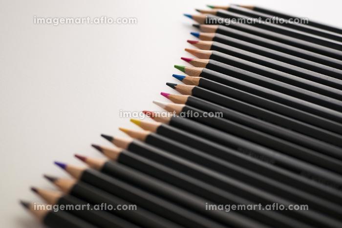 白背景の並んだ色鉛筆の背景素材の販売画像
