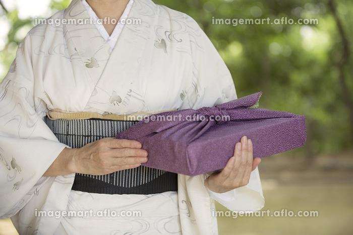 風呂敷包みを持つ着物の販売画像