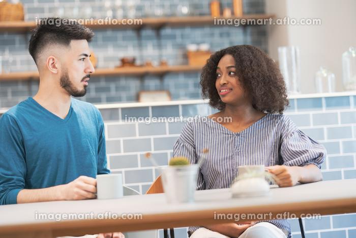 談笑するカップル・夫婦のイメージ写真の販売画像