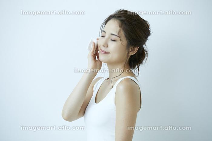 化粧を落とす日本人女性の販売画像