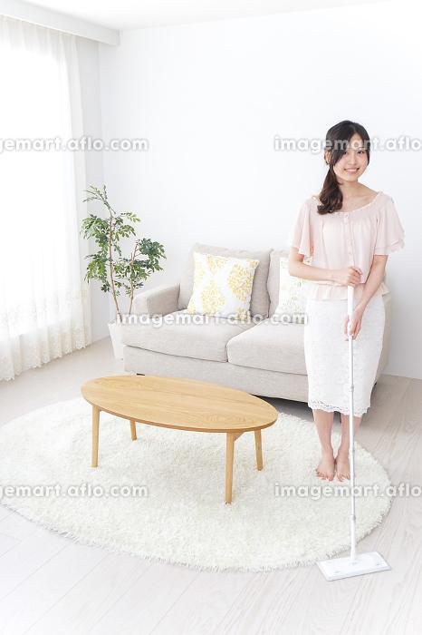 家事をする女性の販売画像
