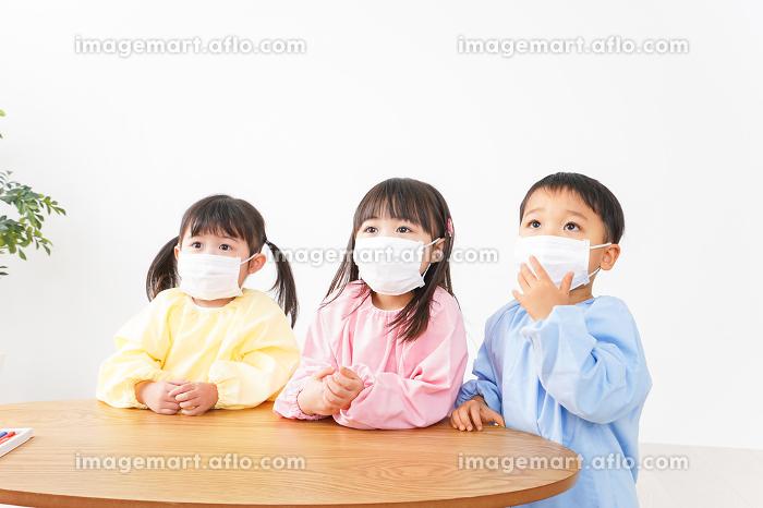 マスクをつけた子どもたちの販売画像