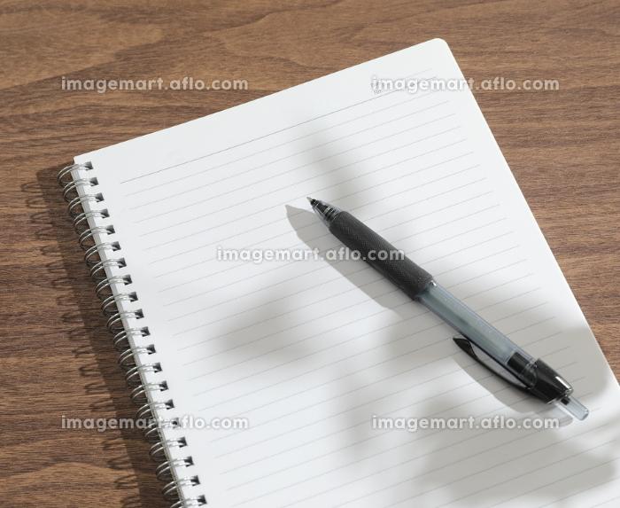 窓辺で開いたノートとペンの販売画像
