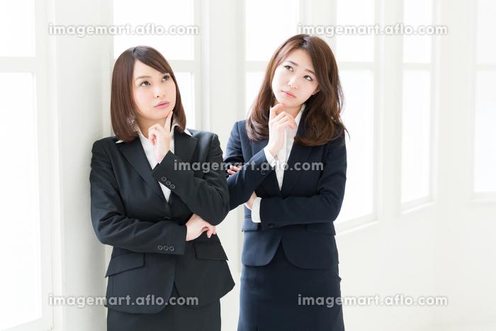 考える二人の女性 ビジネスの販売画像