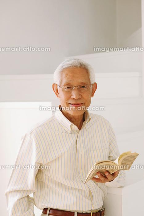読書するシニアの日本人男性