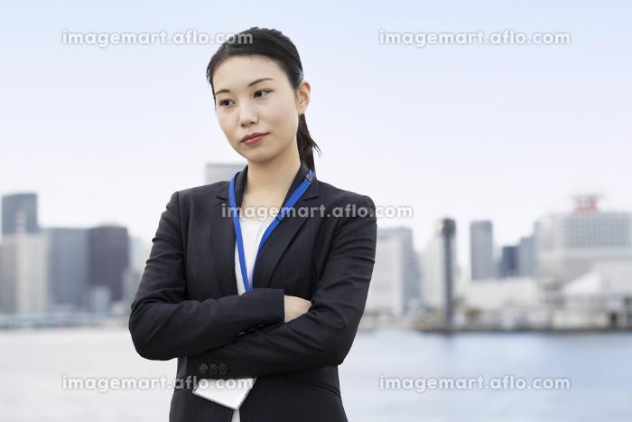 ストレスを抱えた表情をするアジア人のビジネスウーマンの販売画像