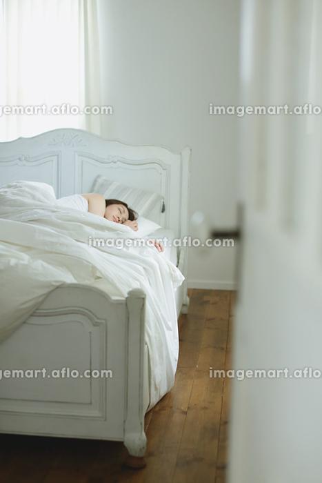 寝室で眠る若い日本人女性