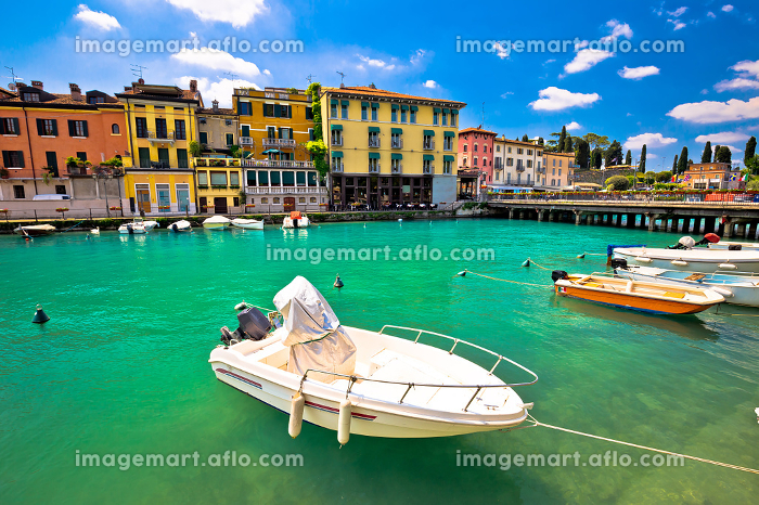 Peschiera del Garda colorful harbor and boats viewの販売画像