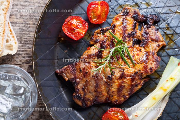 grilled pork steak in an iron panの販売画像