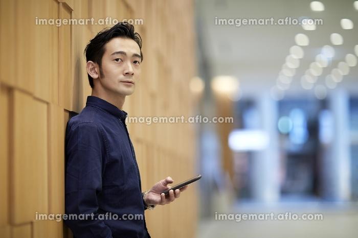 携帯電話を持つ日本人男性のポートレート