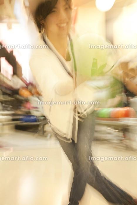 ボウリングをする男性の販売画像
