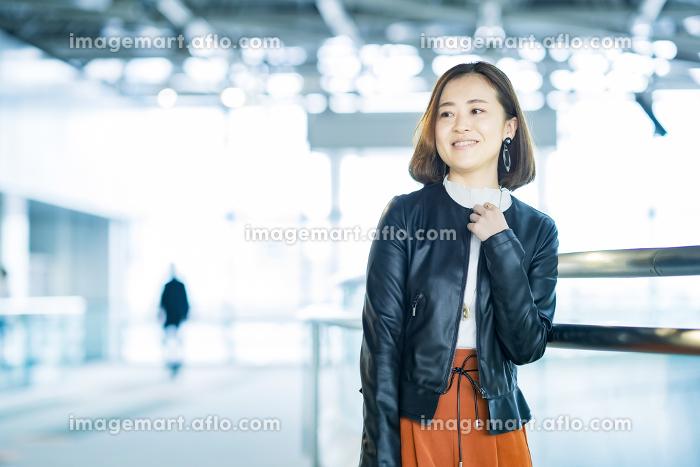 カジュアルな服装のビジネスウーマンの販売画像