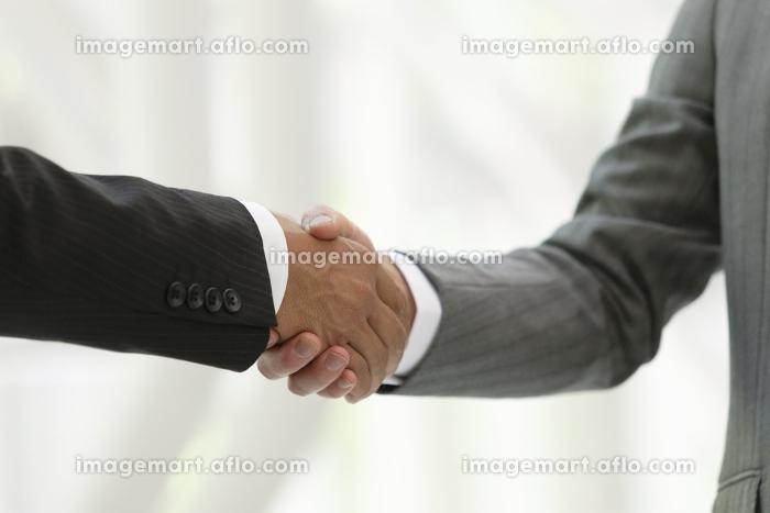握手するビジネスマン2人