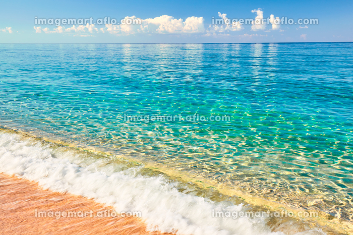 Sea view from tropical beach with sunny sky. Summer paradise beach. Tropical shore. Tropical sea. Exotic summer beach with clouds on horizon. Ocean beach relax, outdoor travelの販売画像