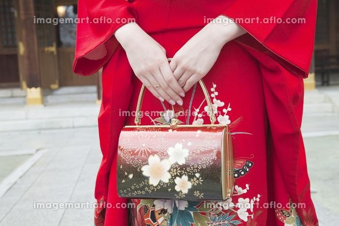 振袖姿の女性の手元の販売画像