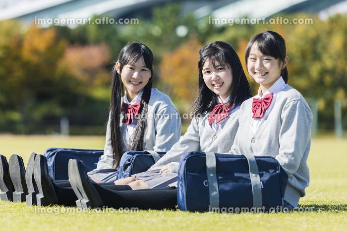 芝生に座る高校生