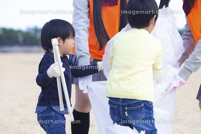 地域活動をする高校生と子供の販売画像