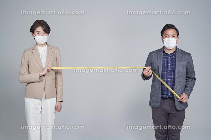 ソーシャルディスタンスを保つ日本人ビジネスパーソンの販売画像