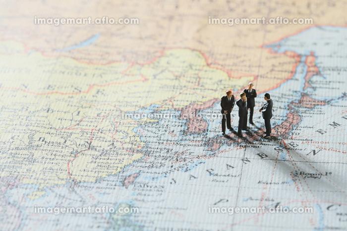 世界地図とフィギュア人形