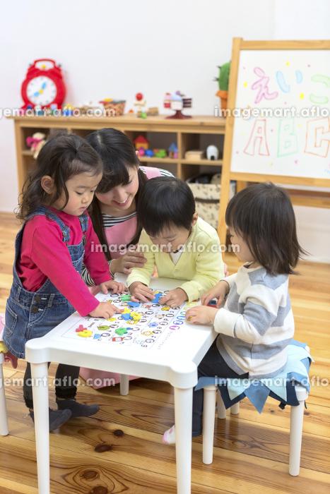 英語の勉強をする子供たちの販売画像