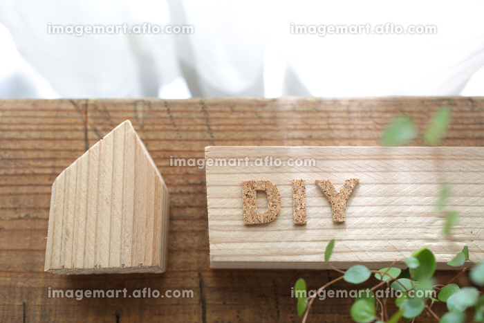 光がさすカーテン越しの小さな木材を使ったdiyを始めるイメージの販売画像