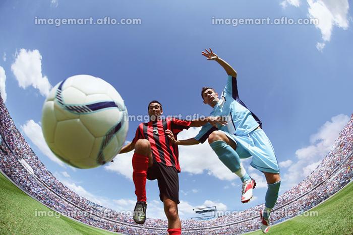 ボールを捕りあうサッカー選手の販売画像