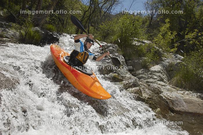 Man Kayaking On Mountain Riverの販売画像